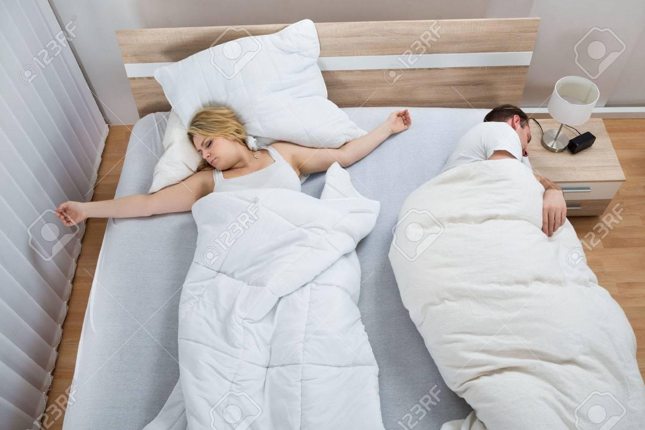 Porträt Von Paar Schlafend Im Bett Mit Weißer Bettwäsche Im