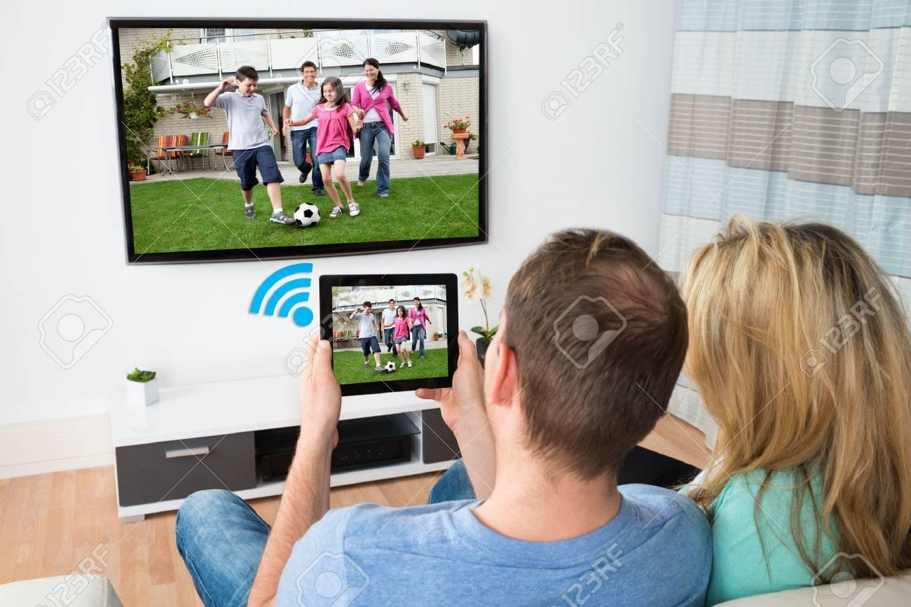 Pareja Conexión De Televisión Digital Y Tabla A Través De Wifi De La ...