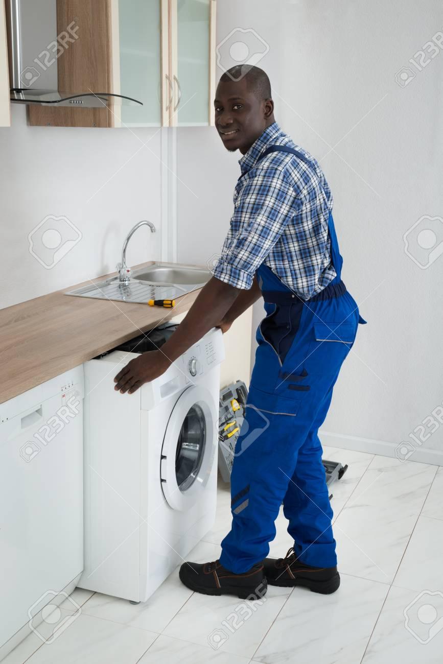 Young African Mannlich Techniker Mit Waschmaschine In Der Kuche