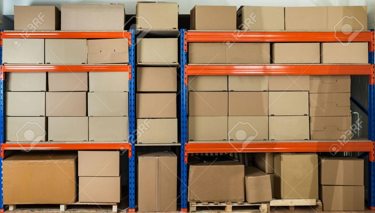 Cajas De Cartón En Los Estantes De Almacén De Distribución Fotos ...
