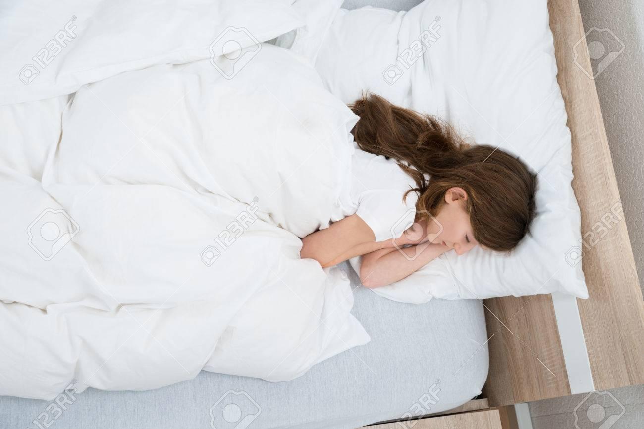 Hohe Winkelsicht Der Mädchen Auf Bett Im Schlafzimmer Schlaf