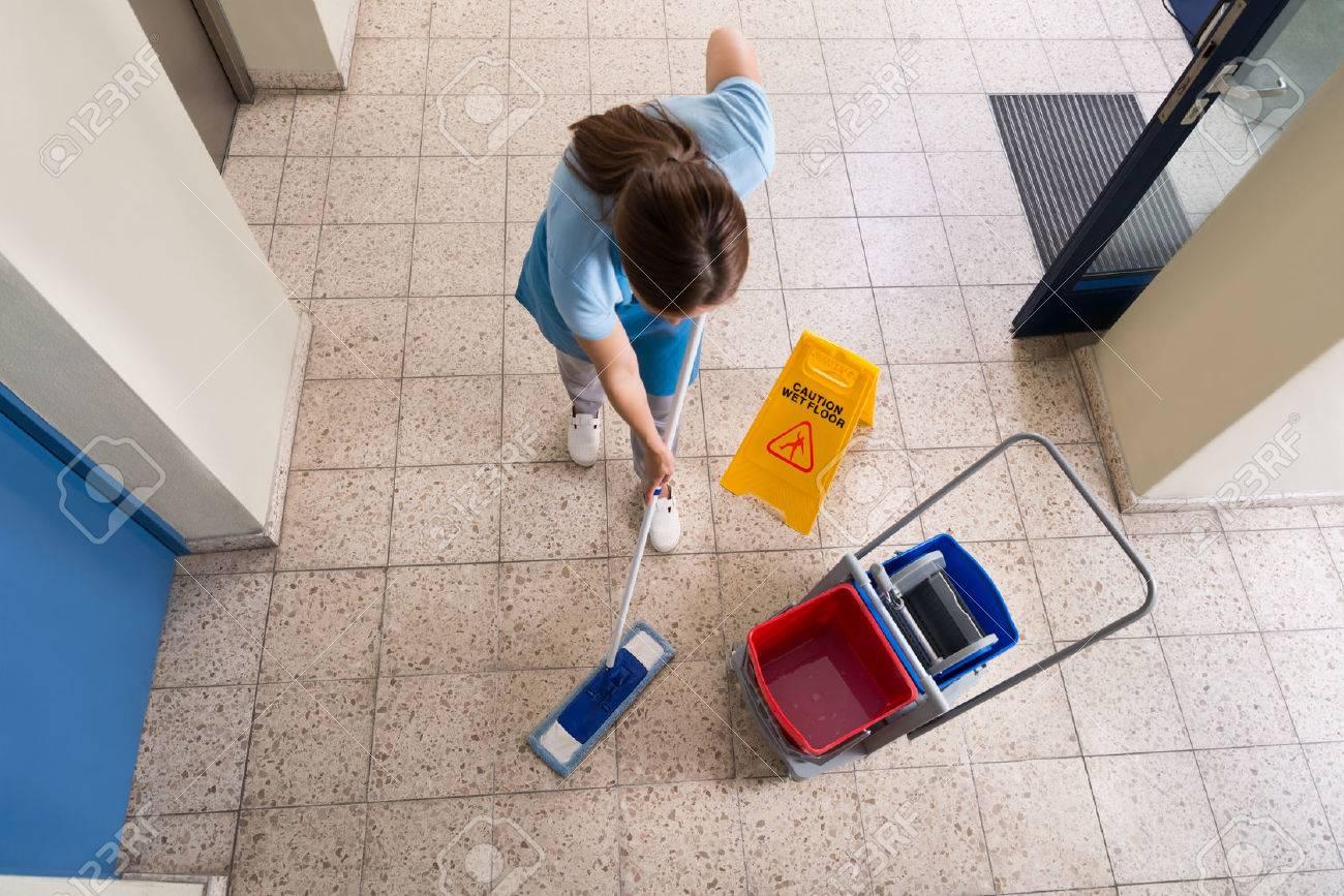 Fußboden Reinigen ~ Weiblich janitor mopping fußboden mit reinigung ausrüstungen und