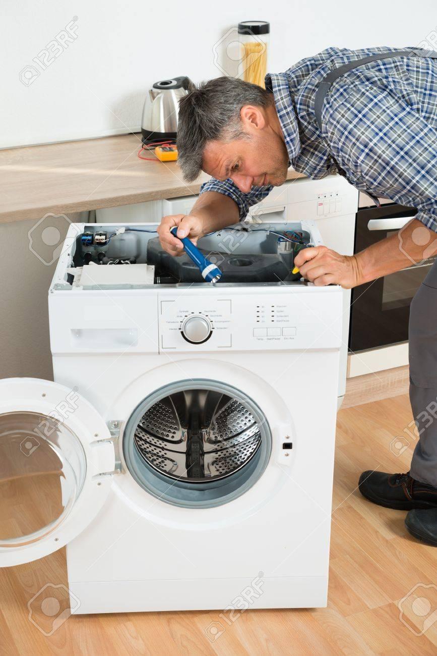 In Voller Länge Von Handwerker Überprüfung Waschmaschine Mit ...