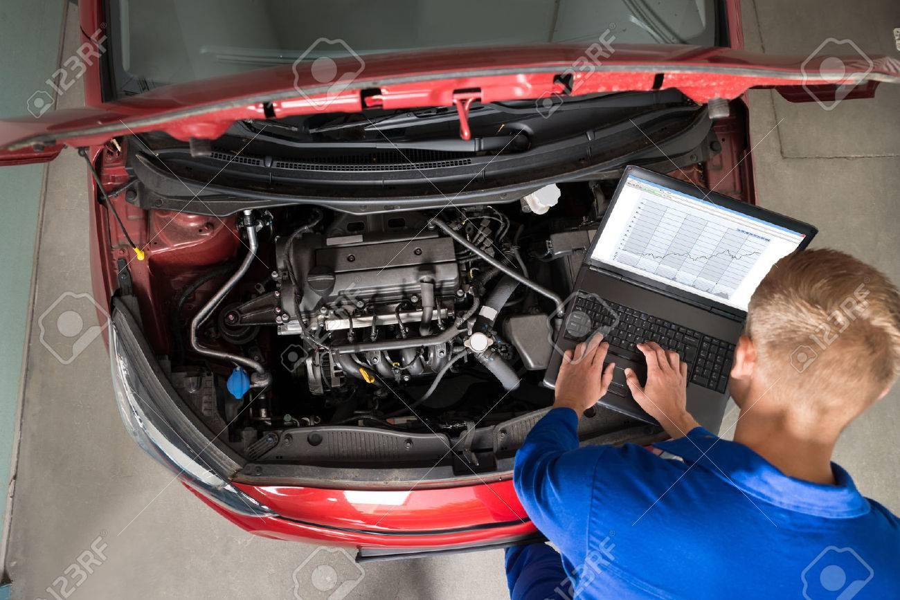 Erhöhte Ansicht Der Mechaniker Untersuchen Auto-Motor Mit Hilfe Von ...