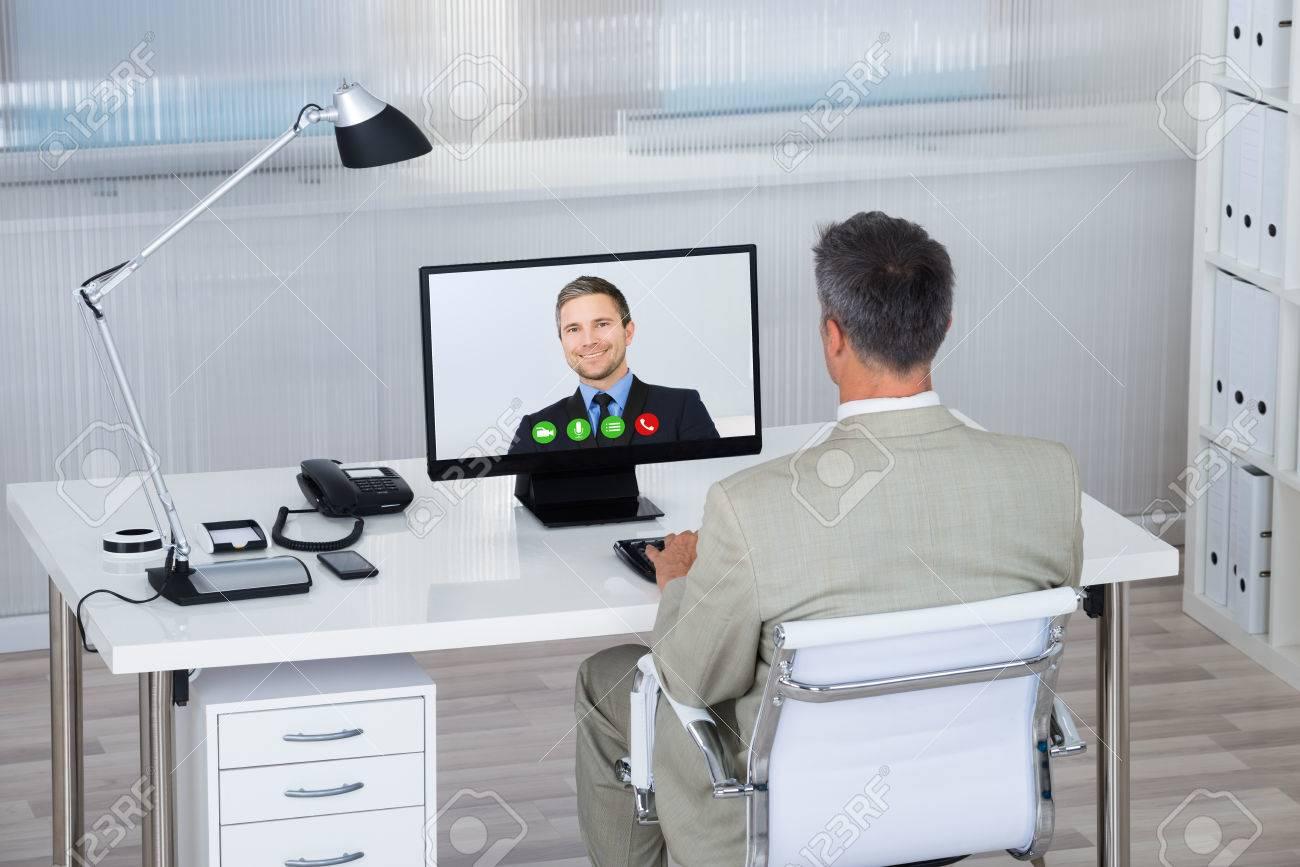 Rückansicht Des Videokonferenzen Mit Geschäftsmann Partner Auf ...