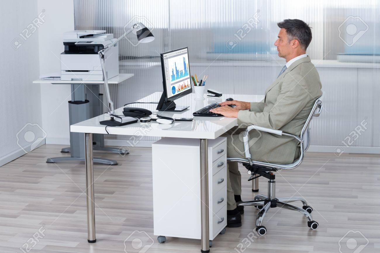 Plein vue de côté de longueur d affaires en utilisant l ordinateur