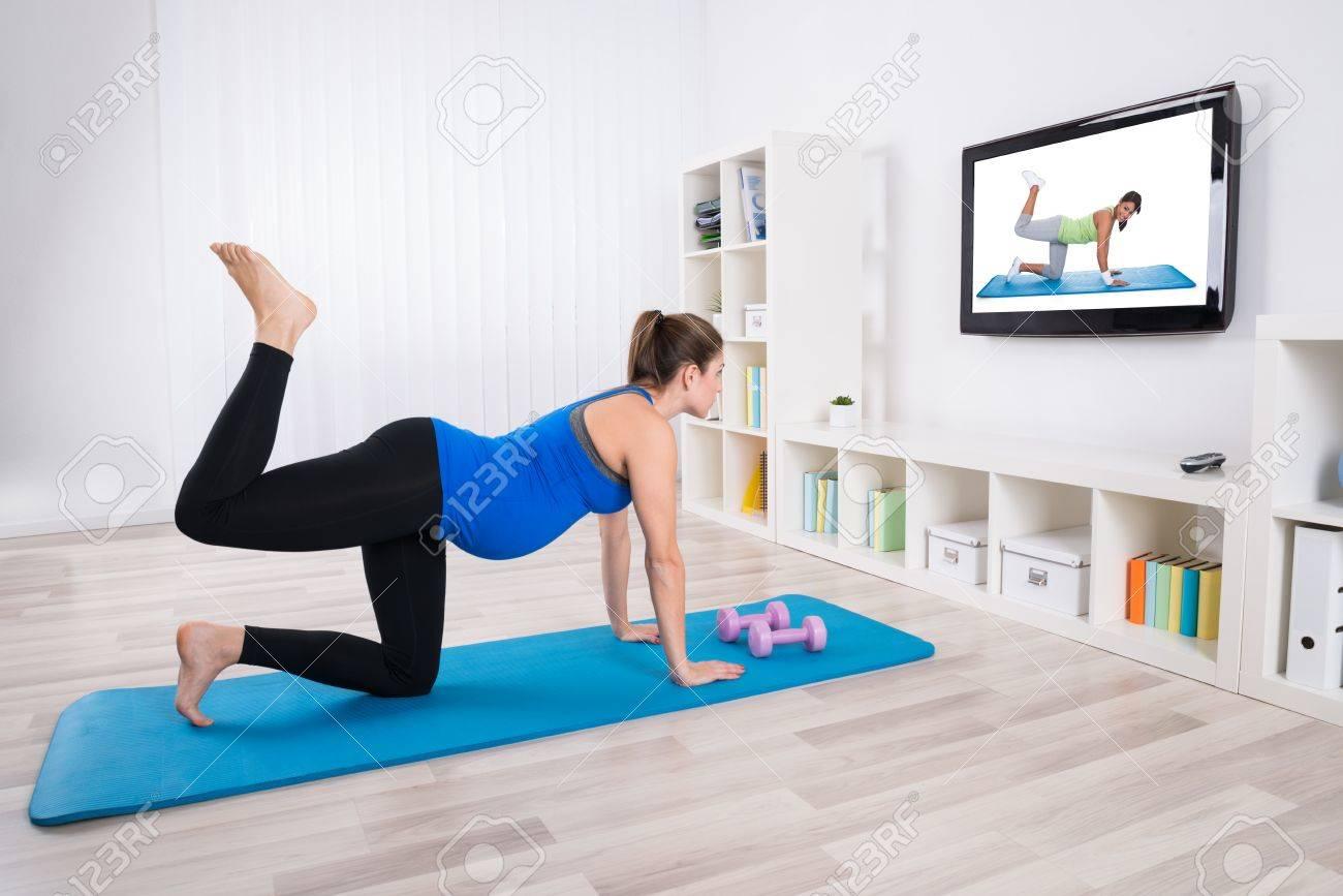 Jeune Femme Enceinte Exercice Sur Tapis De Sol En Regardant La