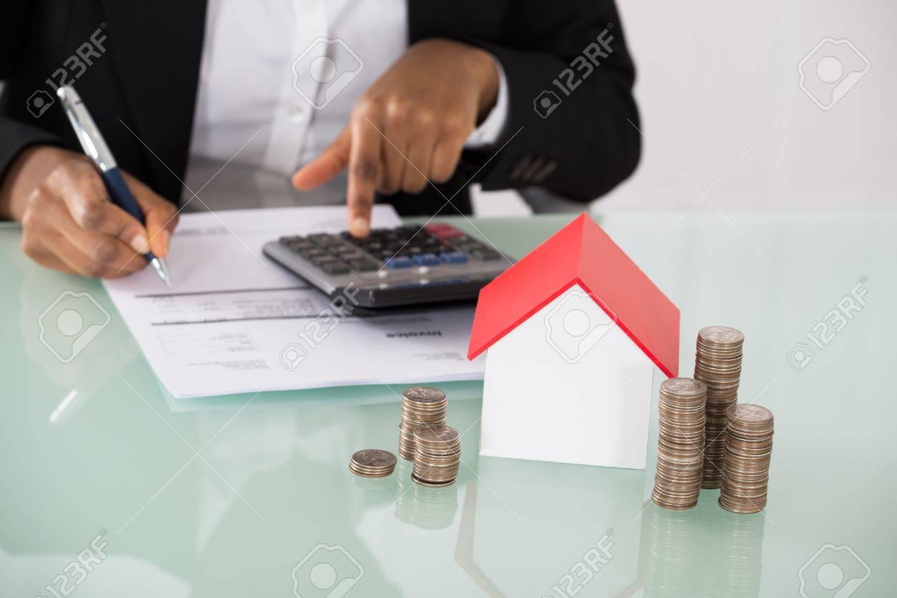 Geschäfts Berechnung Rechnung Mit Haus Modell Und Stapel Von Münzen