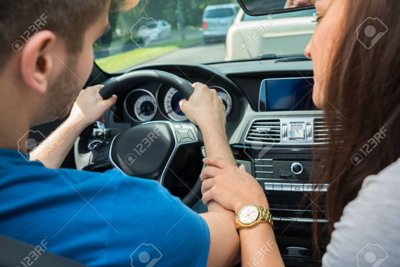 Händchenhalten im auto