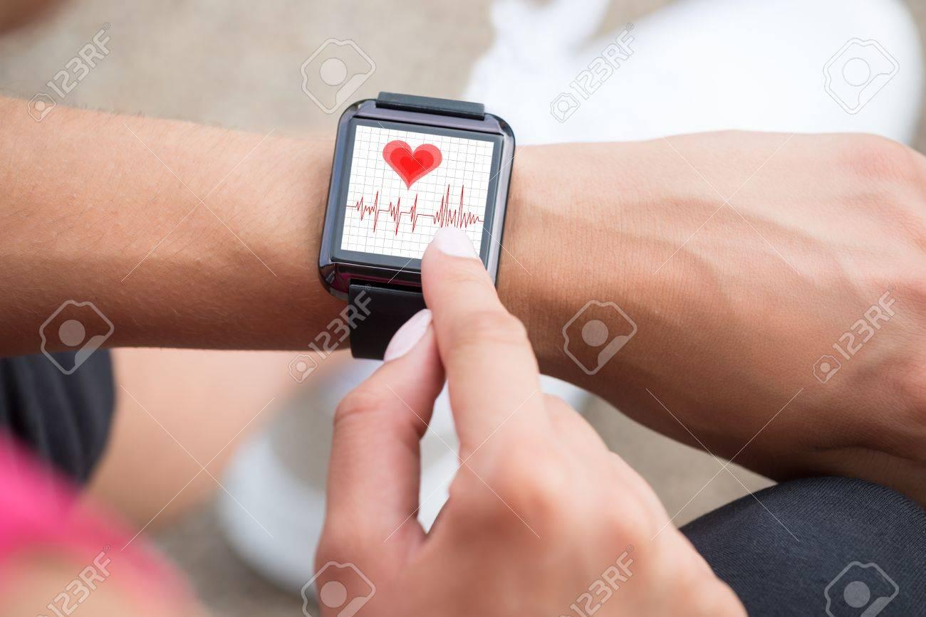 Close-up Of Human Hand Wearing Smart Watch Showing Heartbeat Rate Standard-Bild - 61417022