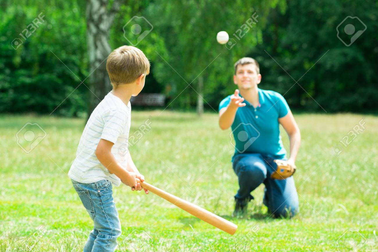 Little Boy Playing Baseball With His Father In Park Standard-Bild - 61867704