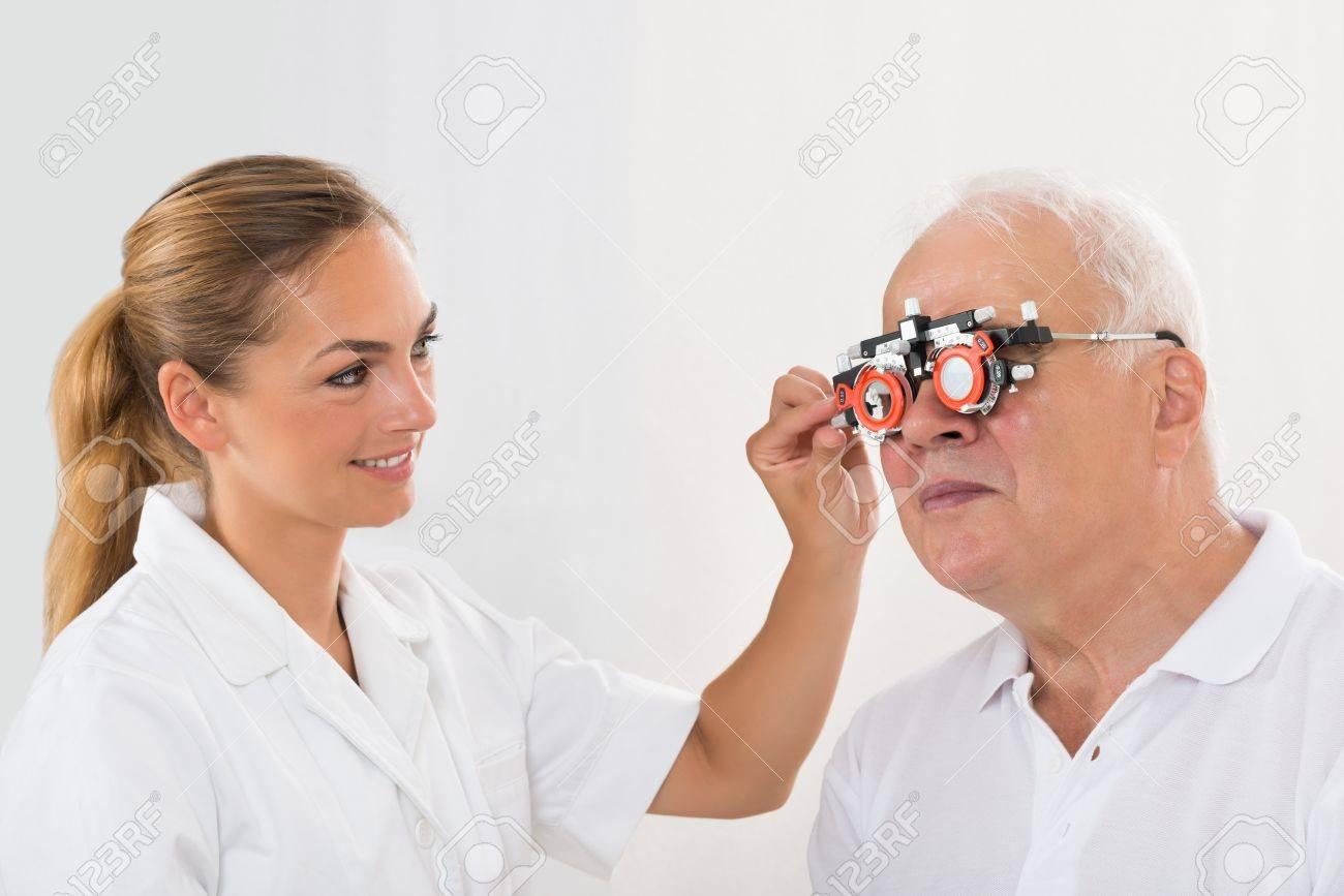 Optometrista Femenino Joven Sonriente Que Controla La Visión Del ...