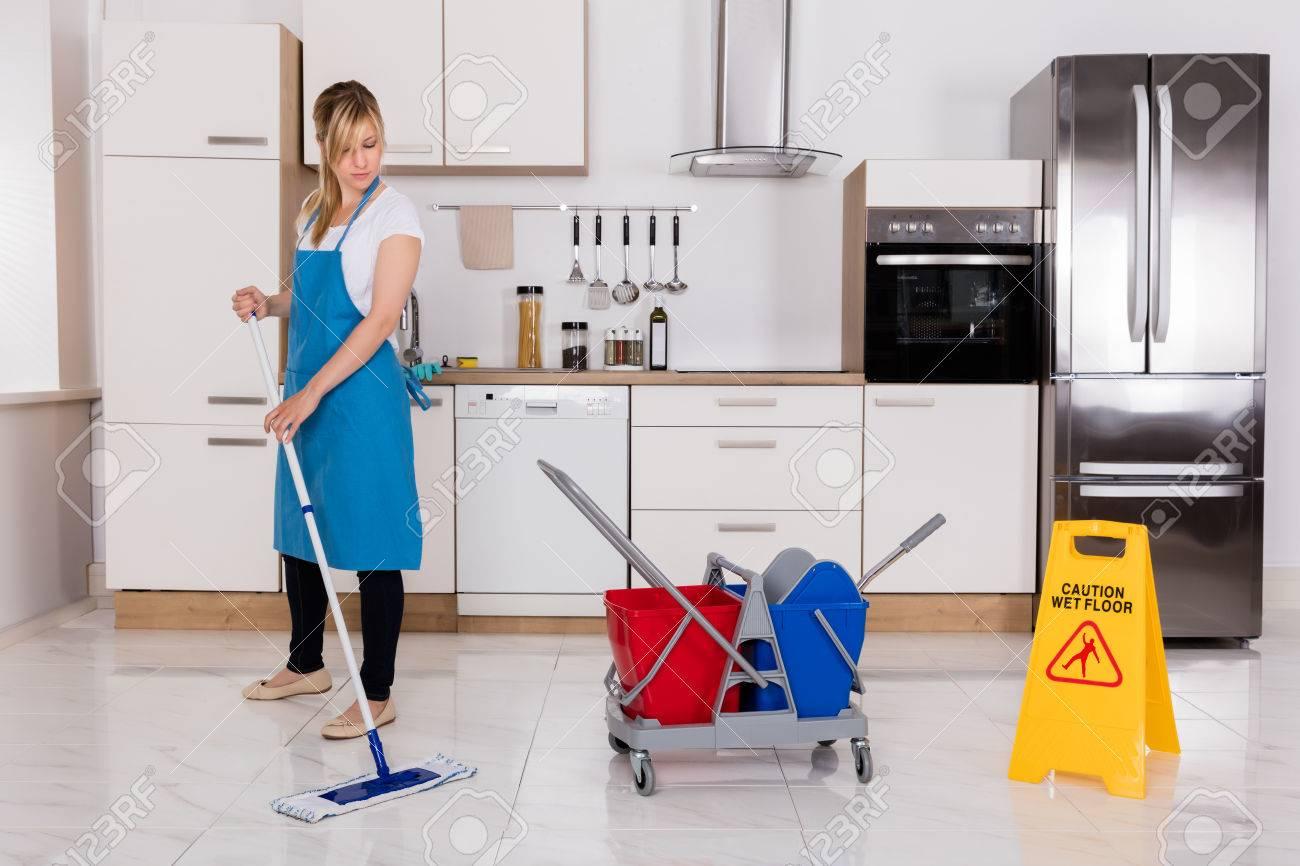 Reinigung Service Maid Mit Mop Zu Reinigen Kuche Boden Zu Hause