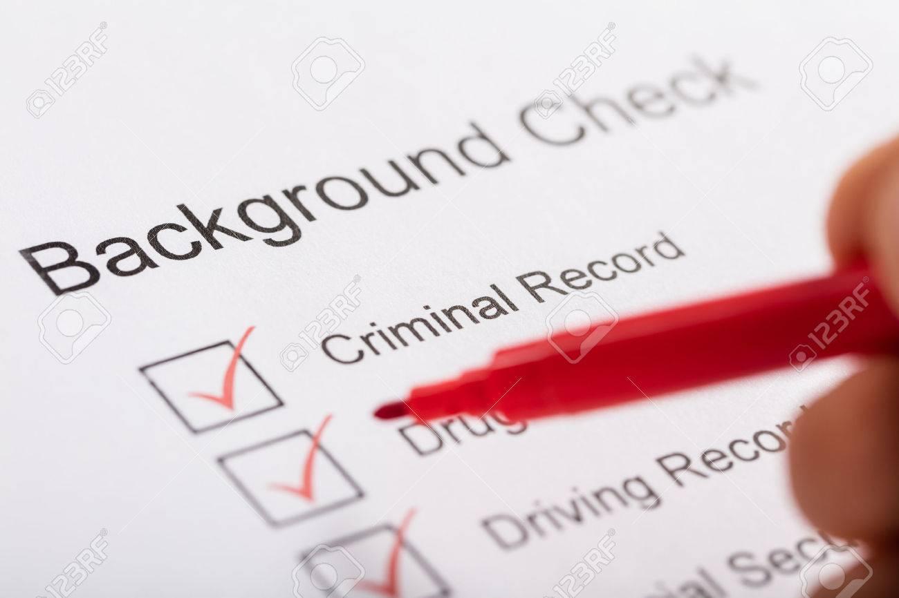 Close-up of Person Hand Ticking Off Checkboxes dans le formulaire de vérification d'arrière-plan Banque d'images - 71451606