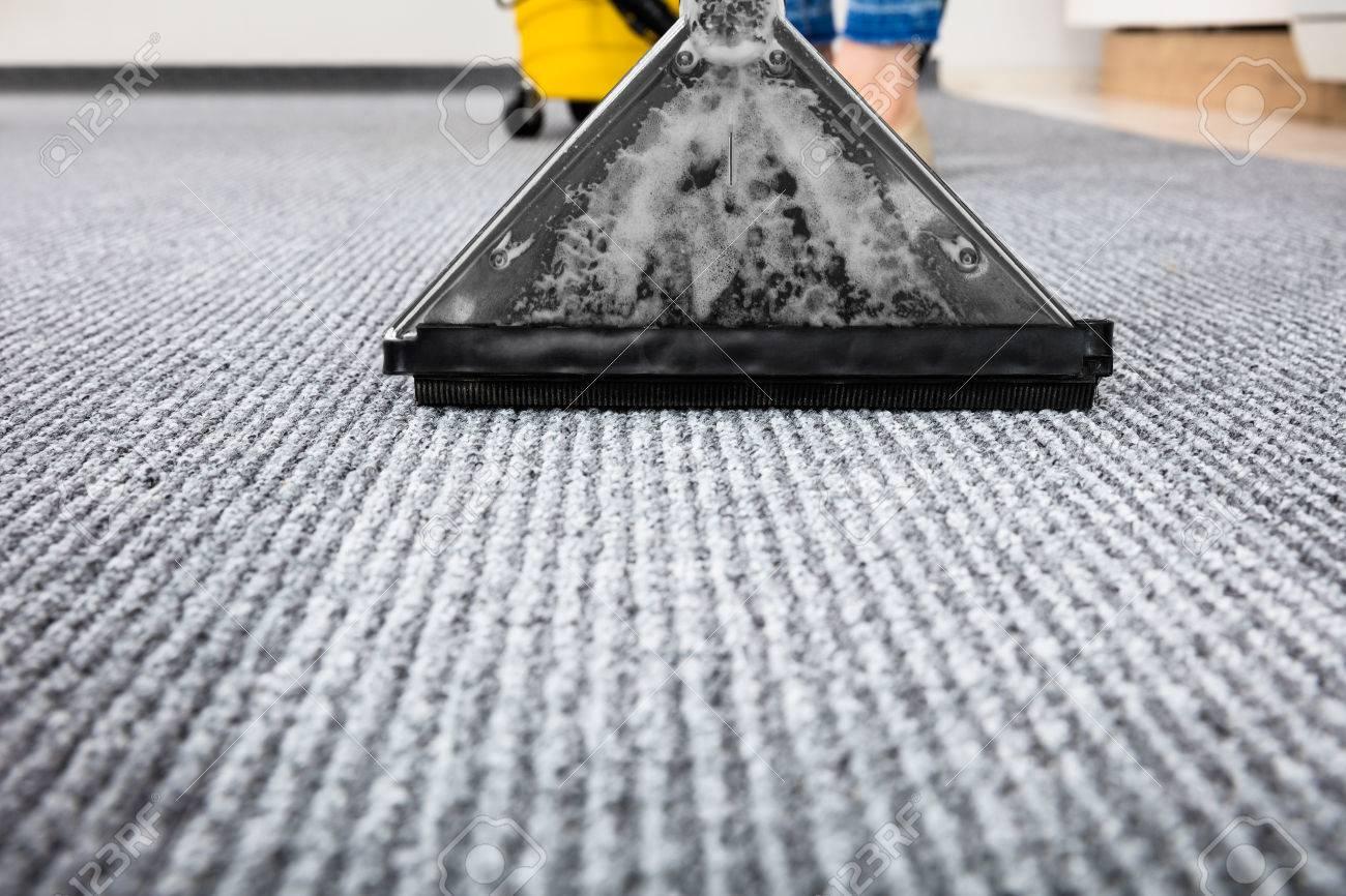 Close-up d'un tapis Nettoyage Avec Aspirateur Banque d'images - 71451607