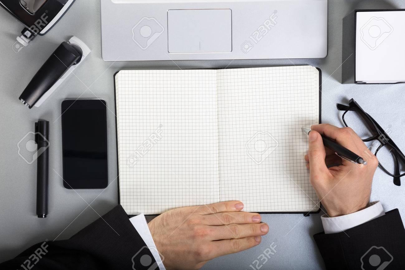 Gros plan dune personne qui écrit sur un ordinateur portable à