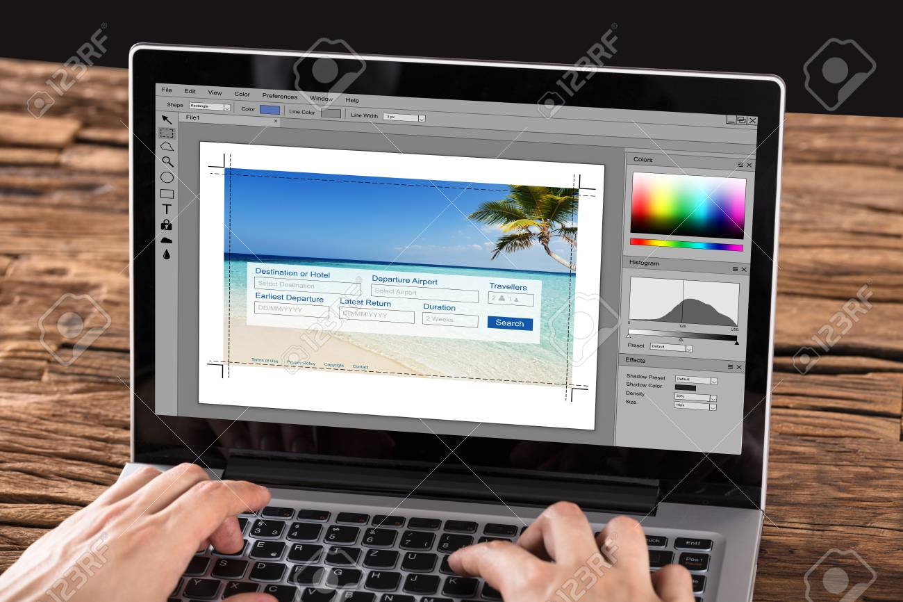 Gros plan personne édition photo ordinateur portable bureau