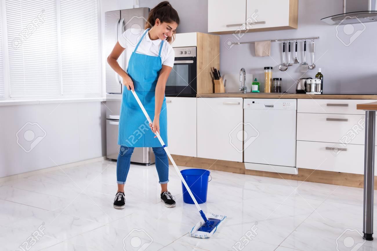 Glücklicher Frauenreinigungsboden Mit Mopp In Der Küche Zu Hause ...