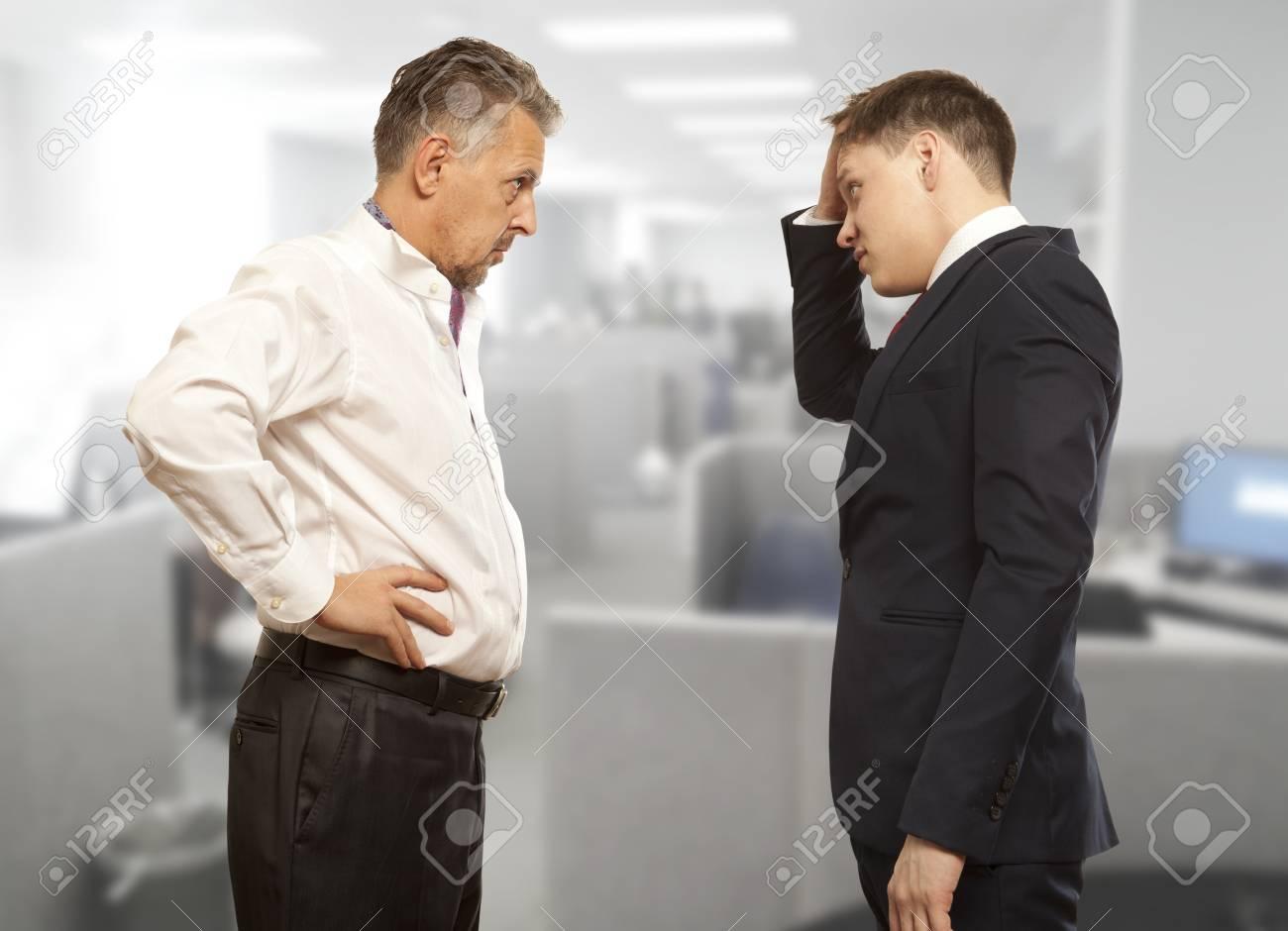 ビジネスの競争、対立概念。2 つのビジネスマンは、合意に達するしよう ...