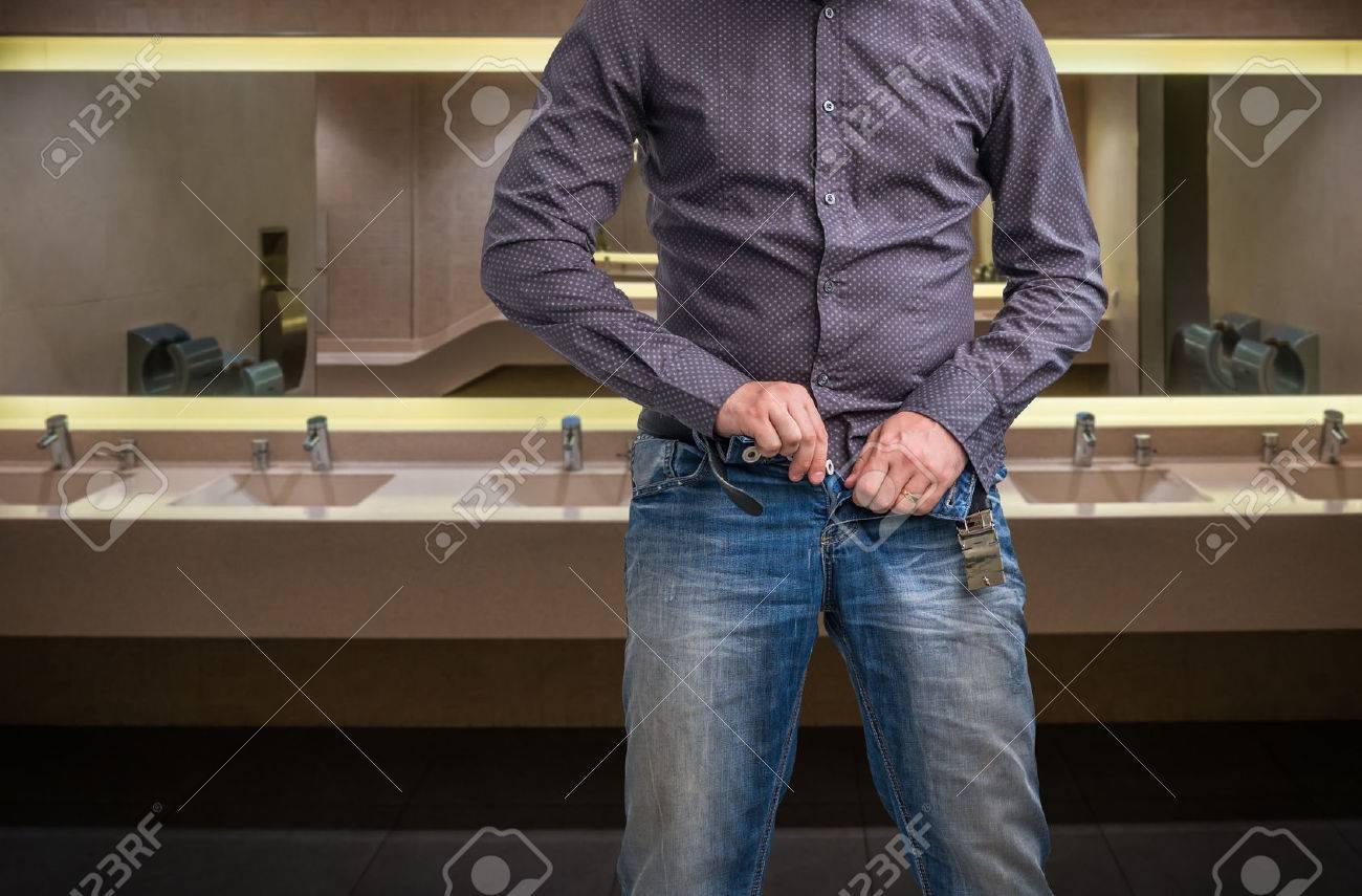 Après L'homme Son Dans Publiques Pantalon Fait Toilettes Les Avoir Pipi Sur Zippe EHIYD29W