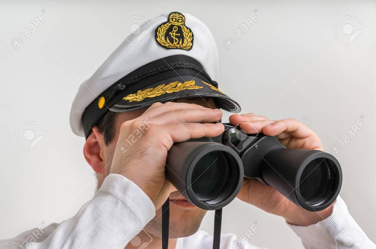 Kapitän schaut durch ein fernglas marine konzept lizenzfreie