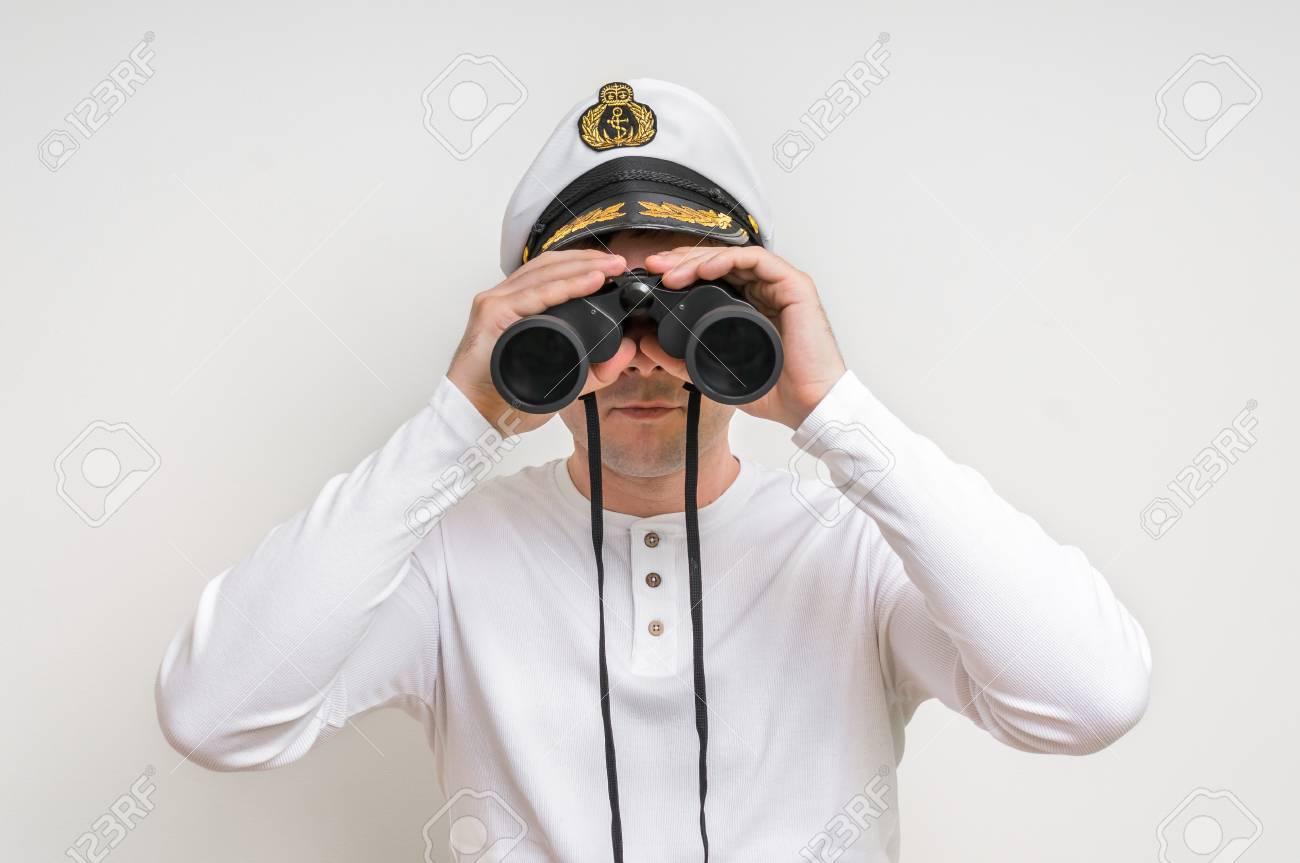 Kapitän schaut durch ein fernglas marine konzept lizenzfreie fotos