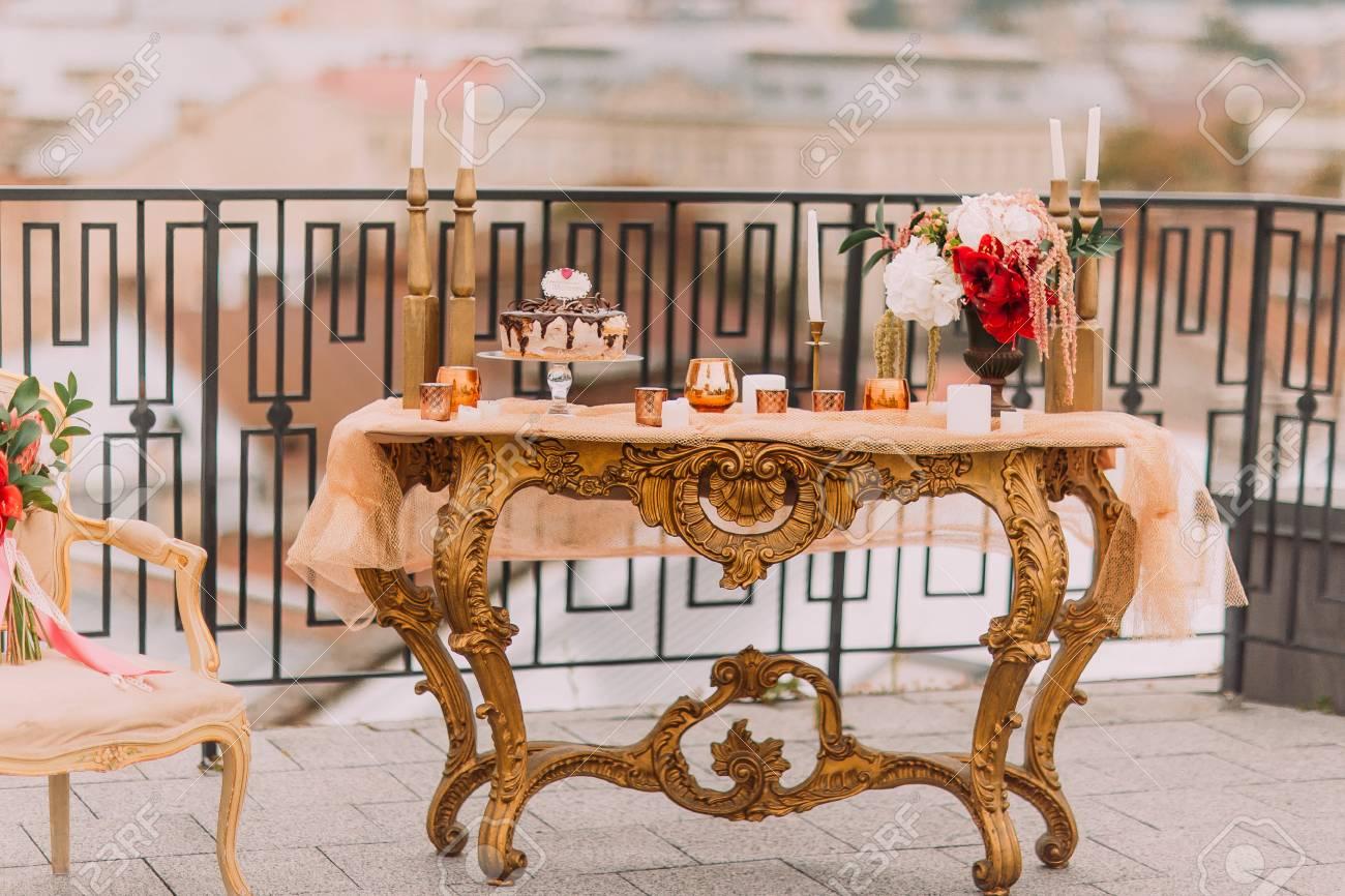 Table D Or De Luxe Dans Un Style Oriental Avec Gateau De Mariage Et Des Collations