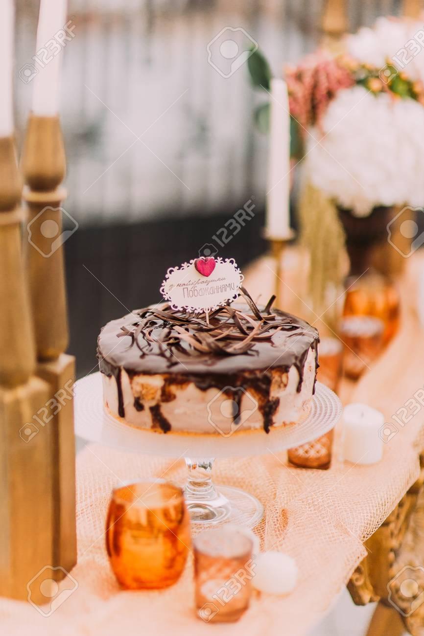Temting Gateau De Mariage Au Chocolat Sur La Luxueuse Table De Mariage Oriental