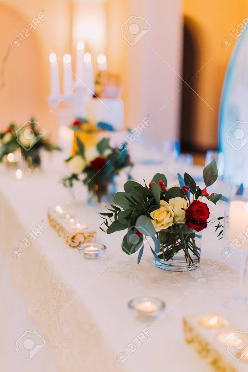 Weisse Hochzeit Tisch Dekoriert Mit Blumen Und Kerzen Fur Gaste