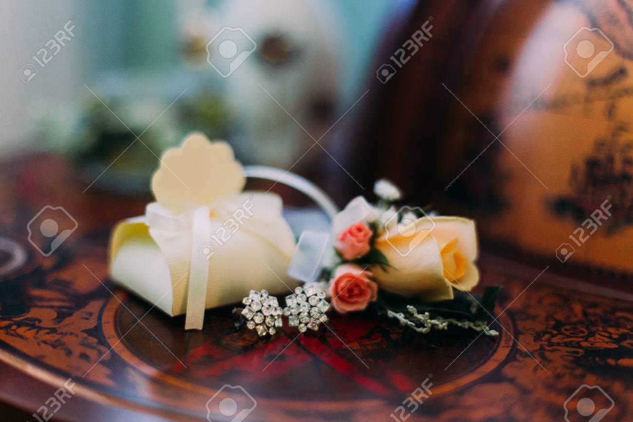 4fc1012e0 Hermoso conjunto de accesorios de la boda de las mujeres. La mañana de la  novia Zapatos blancos, perfume, collar de perlas y pendientes en tela de ...