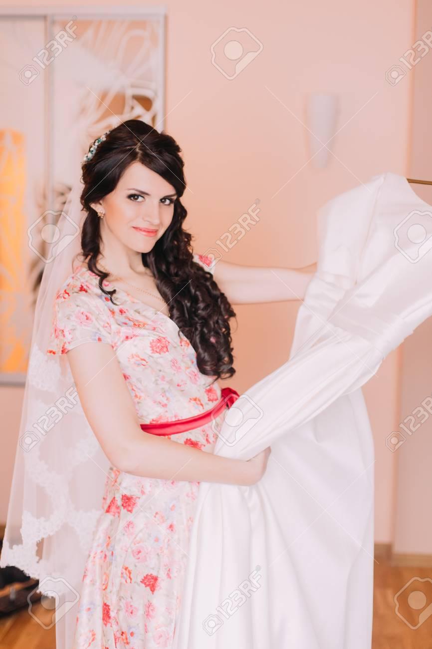 Bastante Joven La Celebración De Vestido De Novia En El Camerino ...