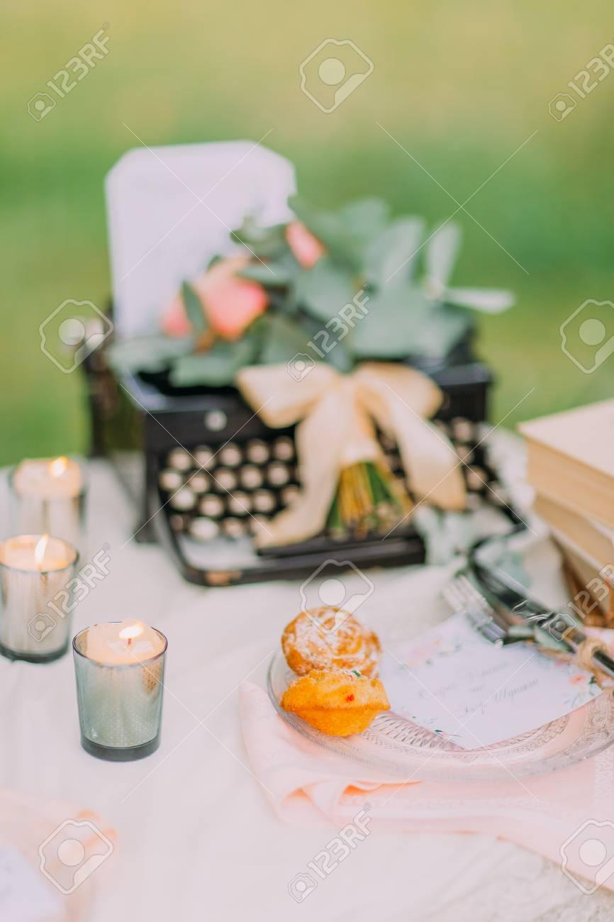 Schreibmaschine Kerzen Und Blumen Als Dekoration Fur Hochzeit Foto