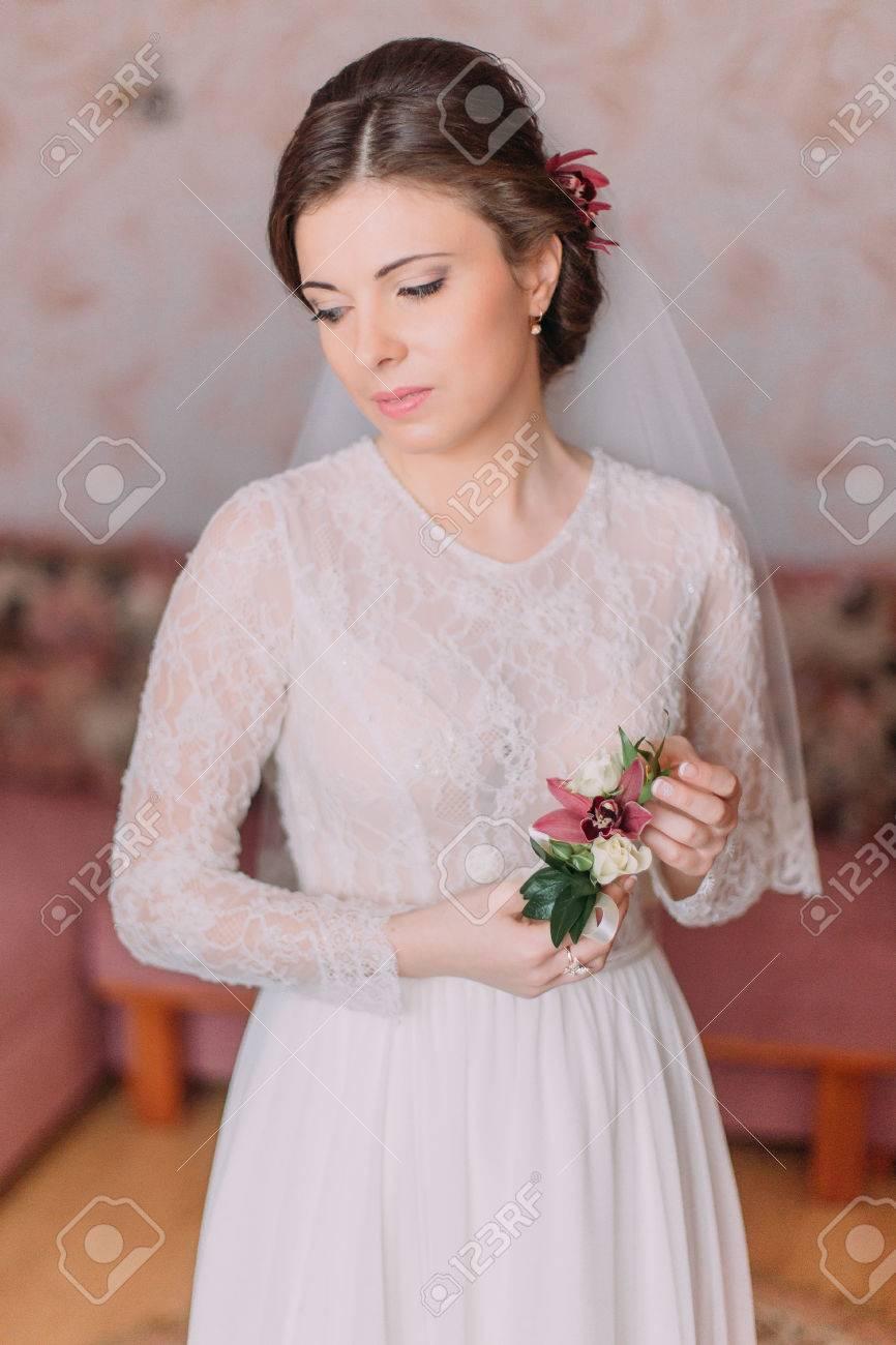 Nette Traurige Braut Zu Hause Im Weißen Brautkleid, Vorbereitungen ...