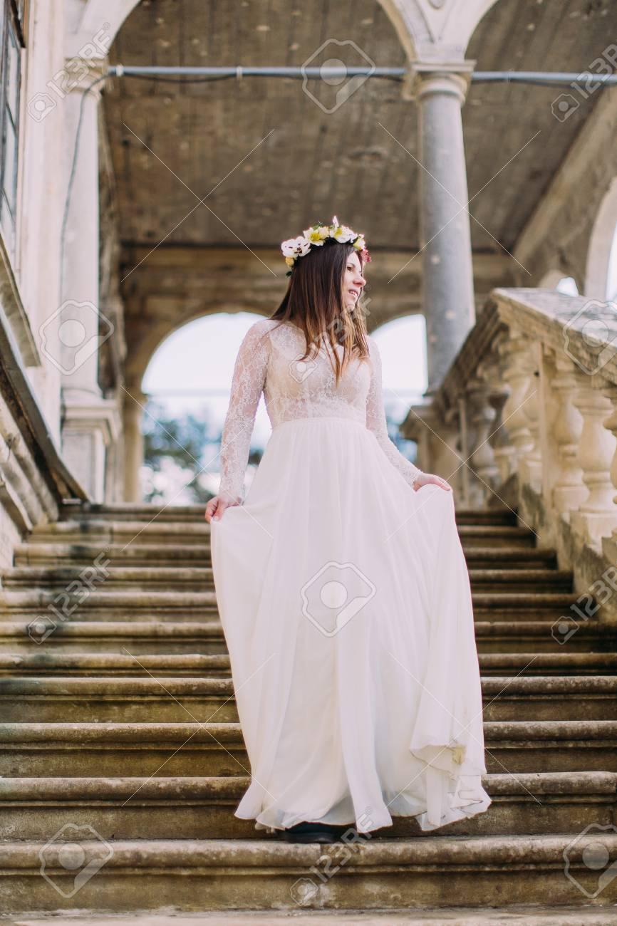 Mariee Charme Dans La Longue Robe De Mariee Blanche Et Couronne De