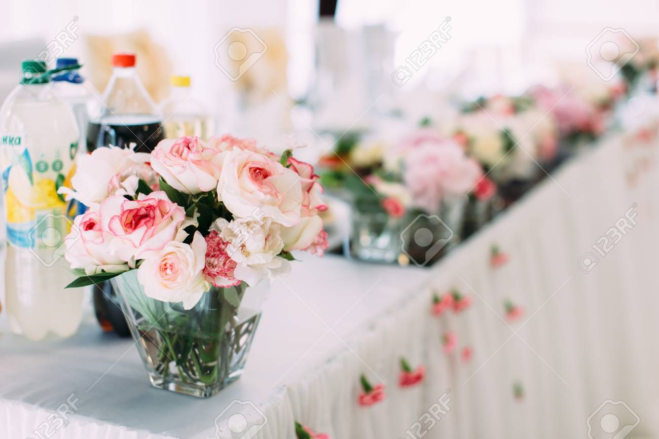 Mini Vase Mit Schonen Rosa Und Weissen Rosen Auf Dem Hochzeitstisch