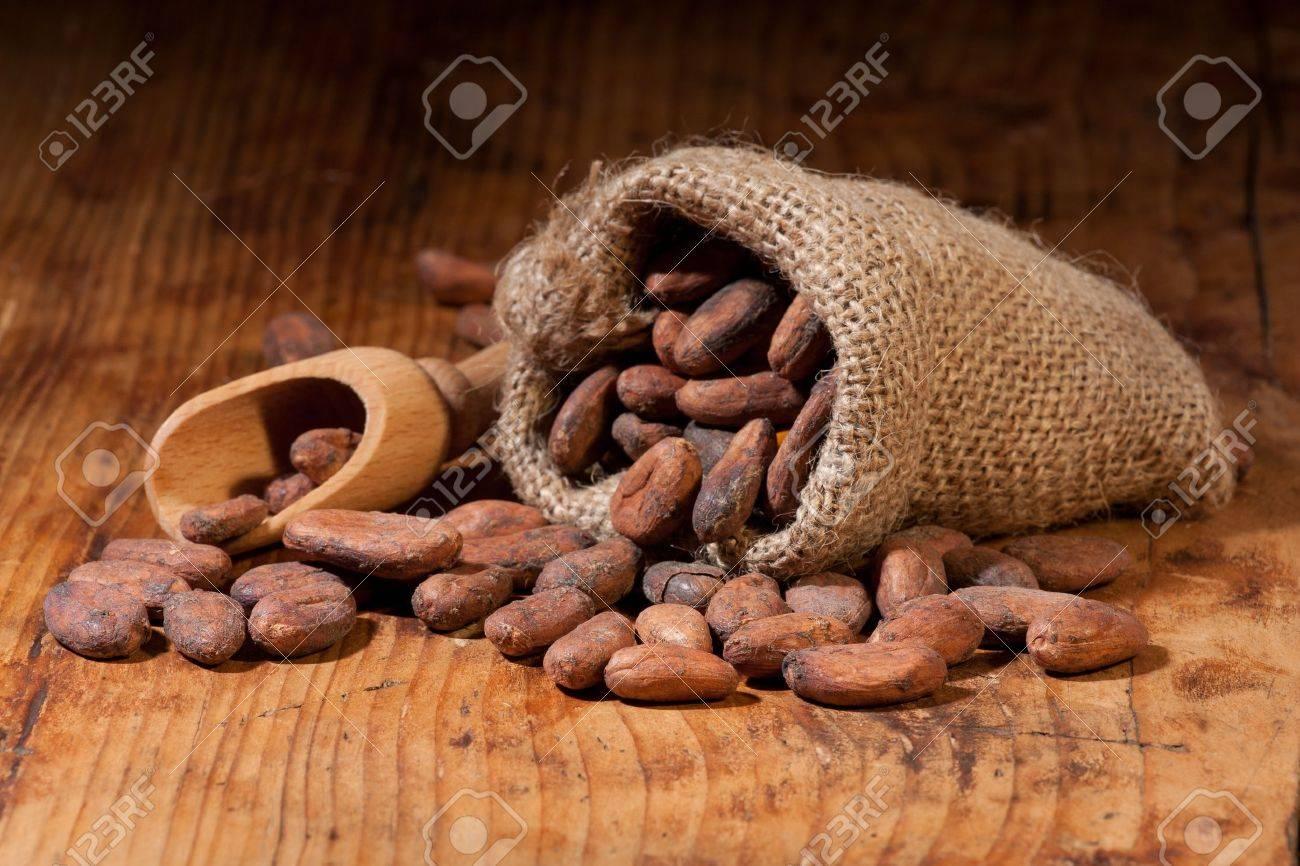 Feves De Cacao Dans Un Sac En Toile De Jute Et Cuillere Sur Une