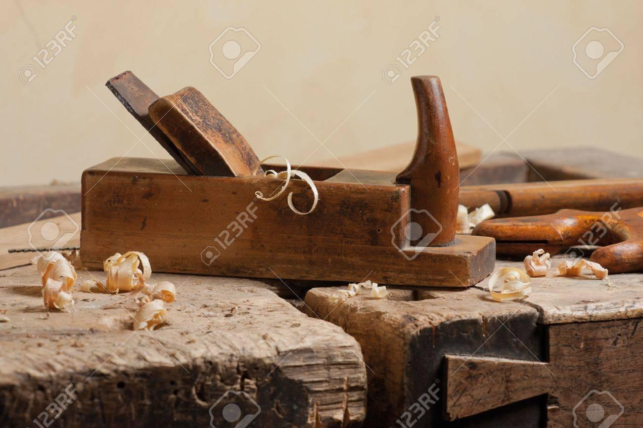 holz hobel und späne bei carpenters workshop lizenzfreie fotos