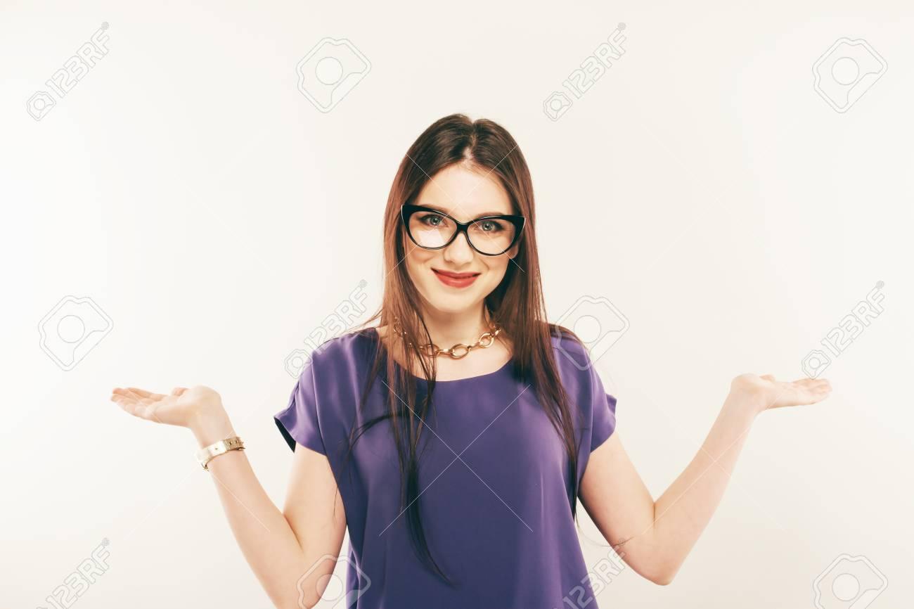 7a2142b72 Foto de archivo - Retrato de uma mulher sorridente usando óculos. As palmas  das mãos na mão