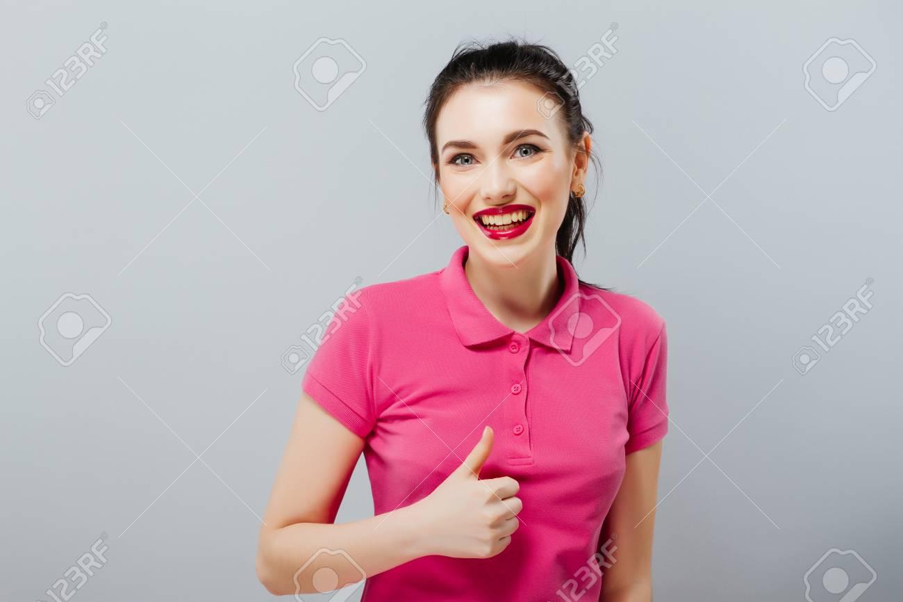 Sonriente Mujer Joven Hermosa En Mini Vestido Rosa Mostrando Pulgar ...