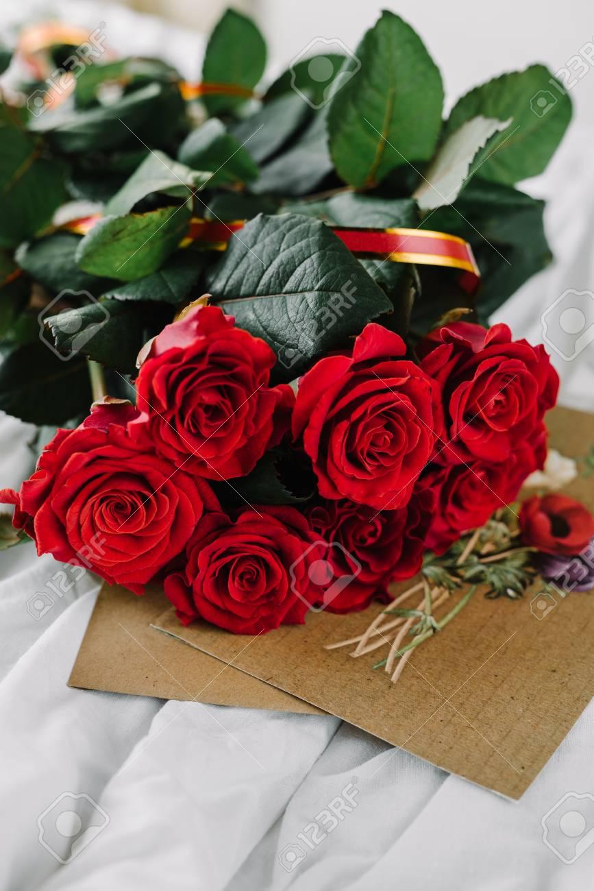 Un Bouquet De Roses Rouges Enveloppe Avec Félicitation Sur Un Fond De Lin Bonjour Ma Chérie