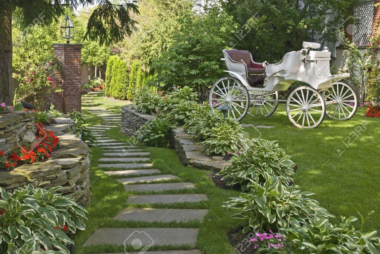 Un chariot d\'antiquités dans un beau jardin d\'été d\'ornement.