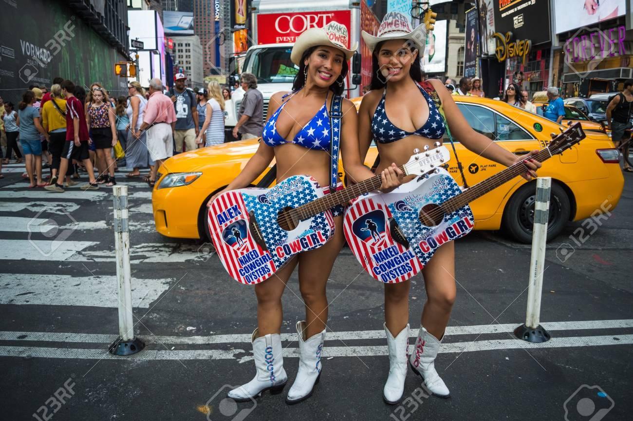 NEW YORK JULI 23 Die Nackte Cowgirls Posieren Für Ein Foto Auf Dem ...