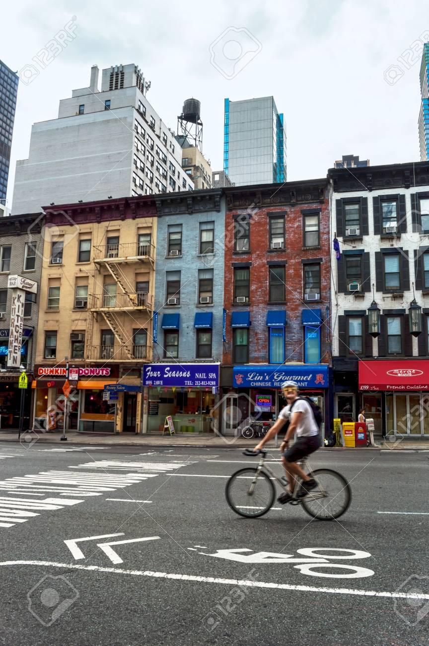 東側に 2 番街に沿って自転車パスのニューヨーク 7 月 29 A 男 2014 年 ...