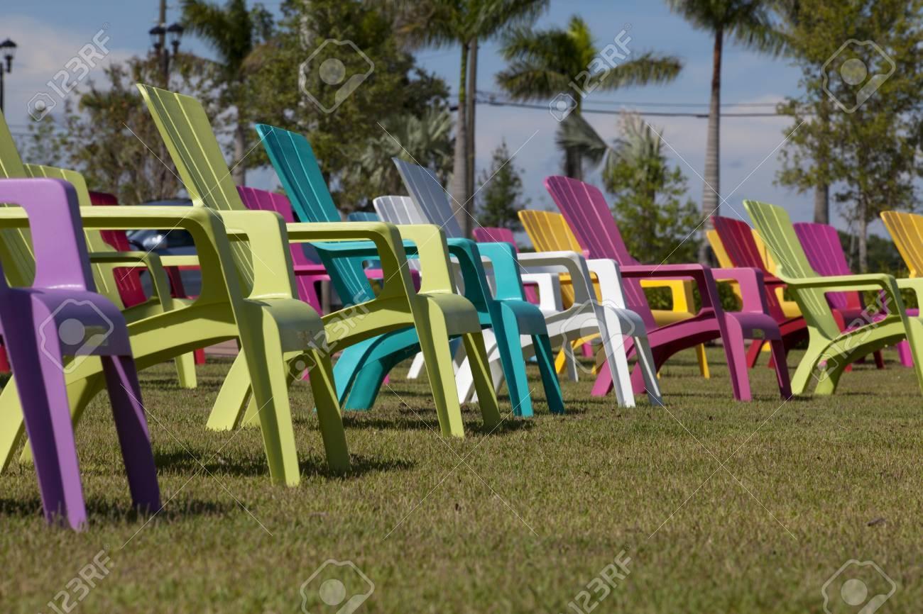 Adirondack Sillas De Plástico De Colores En Un Parque Fotos ...