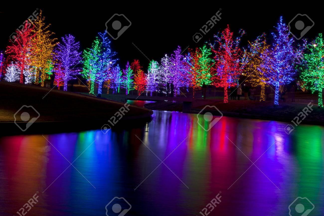 Los rboles Bien Envueltas En Luces LED Para Las Vacaciones De