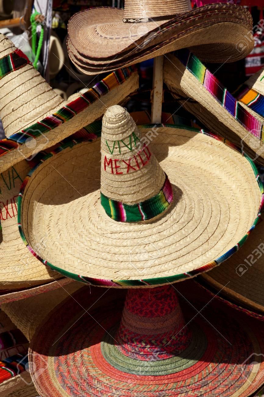 Foto de archivo - Pila de sombreros mexicanos coloridos para la venta en  Cancún 7c3966af633