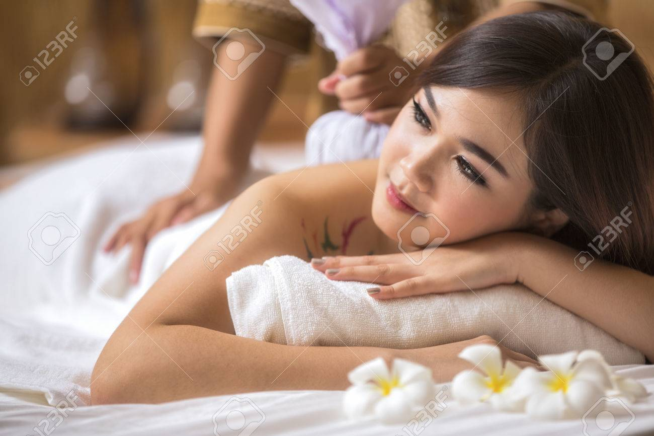 Masseur doing massage on asia woman body in the spa salon. Beauty treatment concept. Standard-Bild - 32131852