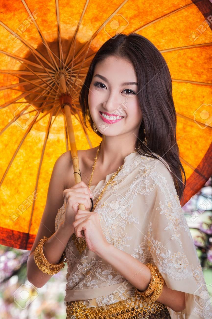 Femme Thailandaise Photos portrait de jeune femme thaïlandaise à sakura garden en thaïlande danse wea  avec le parapluie.