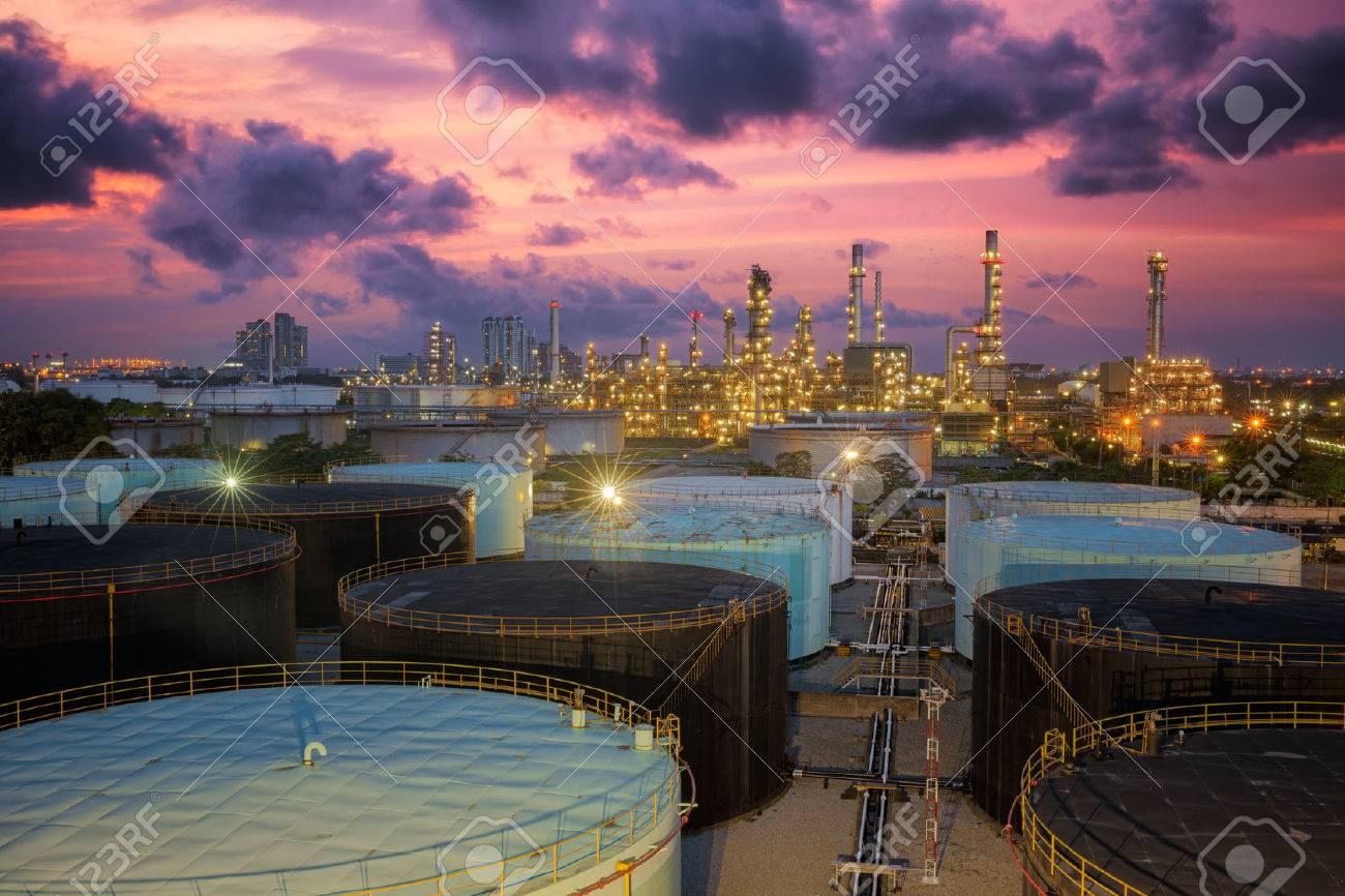 Oil refinery at twilight sky Standard-Bild - 32584168