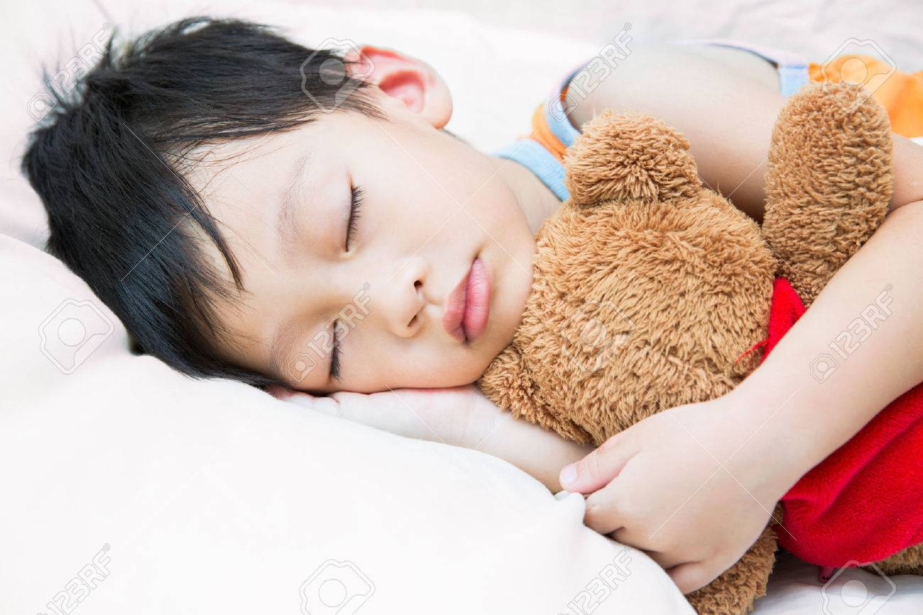 Asia child sleeping with teddy bear Standard-Bild - 33263686